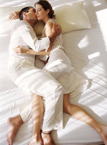 Sürekli öpüyorsa...  Eğer sevgiliniz yataktayken sürekli boynunuzu ve yüzünüzü öpüyorsa, sizi incitmekten ve kırmaktan çok çekiniyor demektir. Ne kadar centilmen olduğunu kanıtlamak için normalde olduğunda daha tatlı ve seksi davranıyor olabilir.